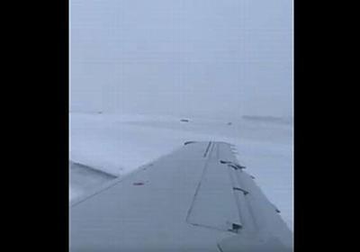 雪のため空港で旅客機がスリップ、滑走路からそれていく様子を機内で撮影 – Switch News(スウィッチ・ニュース)
