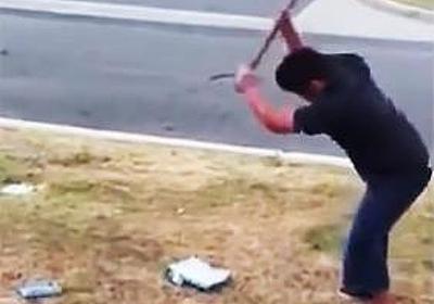 【衝撃映像】成績が落ちた息子にゲーム機を破壊させる父親! 世界中から批判の声 | ニコニコニュース