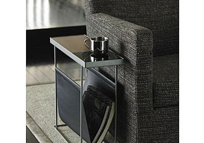 このテーブル、サイドテーブルと呼ぶには有能すぎる…スリムなのにコーヒーを置けるだけじゃない機能性! | ROOMIE(ルーミー)