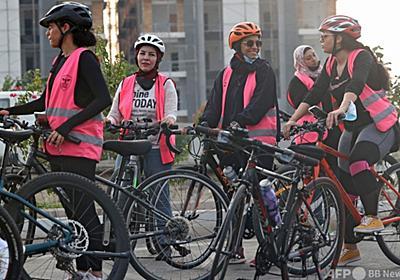 「勇気が要る」けど自転車に乗る 偏見に挑むサウジの女性たち