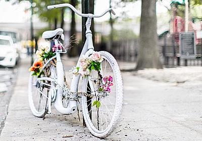 「白い自転車」の意味を知っていますか?-自転車事故現場に置かれる「ゴーストバイク」の世界的ムーブメント : BIG ISSUE ONLINE
