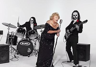 ホロコーストを生き延びた97歳の女性、ヘヴィメタ・バンドのボーカルになり話題に | Switch news
